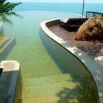 La piscine vue océan de la suite villa