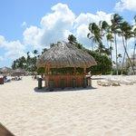 Пляж и пляжный бар