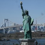 「自由の女神像」とレインボーブリッジ