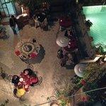tavoli a bordo piscina del ristorante