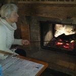 Приятно повернуться от обеденного стола к ярко горящему камину!