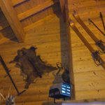 На стенах висят предметы старого Савойского быта.