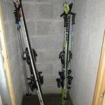 Vue des caves à rangement de skis