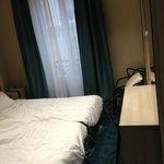 camas y mesita con un par de sillas