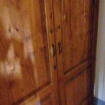 La porta che divide la stanza dal corridoio con chiusura con un misero gancio e solamente chiusu