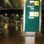 Вход в отель через переход из аэропорта