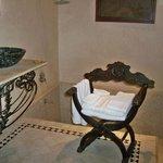 suite romaine, nella vasca si scende, ci sono i gradini, si può anche usare come doccia per due
