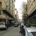 Blick auf die Straße vor dem Hotel nach links