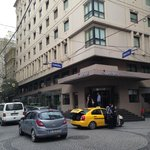 Komplette Hotel-Frontansicht