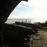 Vista do pátio externo da Fortaleza, onde ficam os canhões, para a Praia do Forte.