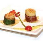 Douceur de noix de Saint-Jacques et de crevette grillées sur lit de courgette et d'aubergine