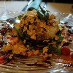 Ensalada de queso de cabra con frutos secos y rojos