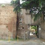 Entrada do pátio da Igreja di Santo Stefano visto da rua homônima.