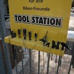 Das Not-Werkzeug außen am Tor