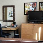 Schreibtisch, TV, Minibar - alles was man so braucht
