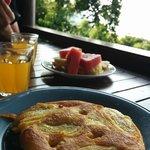 Frühstück: frische Früchte und Banana Pancake