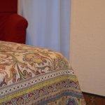 """il """"letto"""" e in sfondo la poltroncina ad altezza pavimento."""