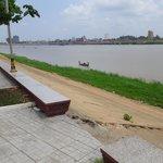 спуск с набережной к реке
