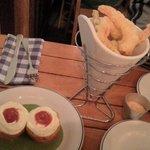 bomba de patata y langostinos en tempura.