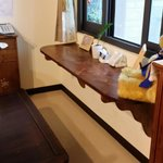 餐廳裡有著溫馨的木製桌椅