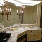 18階バスタブ+シャワー室付きルーム。奥がシャワールーム