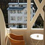 sonniger Balkon mit Blick zur Ostsee (um die Ecke)