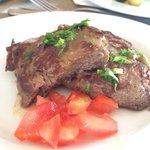 Классное мясо на гриле у ресторана барракуда