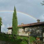 L'arcobaleno corona il casale