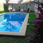 piscina con sdraio dove si affacciano le camere
