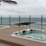 Jaccusi s vue sur la plage privée et la mer