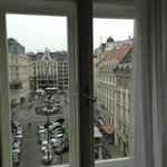 Потрясающий вид на площадь Neuermarkt из окна номера 24