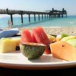 Snack am Strand mit Blick auf das Pierchic-Restaurant