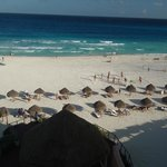 Praia defronte com barracas de praia do hotel
