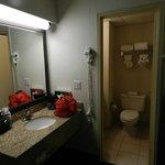 Baño limpio, separada la ducha y la taza del water, con el lavabo.