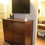 TV et meuble central (mini refrigerateur, coffre fort, mico ondes..)