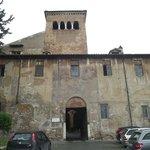 Fachada da entrada do Mosteiro dei Santi Quattri Coronati