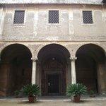 Arcos do pórtico de entrada do mosteiro