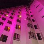 O hotel visto a noite com iluminação lateral