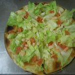 Pizza gamberi e insalata