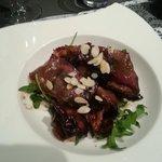 Antipasto pancetta all'aceto balsamico rucola e mandorle.