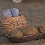 en la playa con toallitas, aguita de coco...pa que mas!