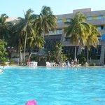 Belle piscine avec bar dans la piscine