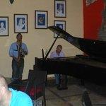 Musique jazz au bar en début de soirée avec 2 musiciens talentueux
