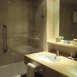 Vista del baño de habitación doble estándar.
