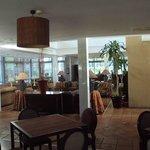 Zona de estar, al lado de cafetería.