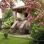 En el Jardín del Hostal Bertiz, el tiempo se detiene y contempla las hortensias y los txantxango
