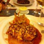 Principal - Frango com molho de mel, pure de cenora, amendoas e lascas de batata crocantes. No f