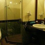 シャワーブースのシャワーヘッドは固定式