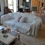 Un jeté de canapé gris et fines rayures écru