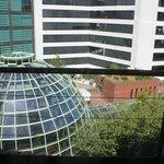 部屋から見たショッピングセンターのドーム屋根